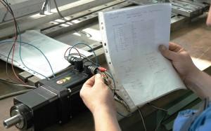Prüfen der Steckerbelegung an einem Servomotor